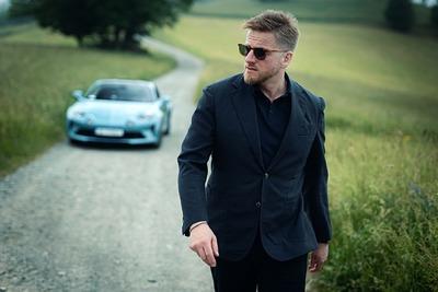Znany pisarz w legendarnym samochodzie. Szczepan Twardoch partnerem Alpine Katowice, dealera kultowej marki Alpine.