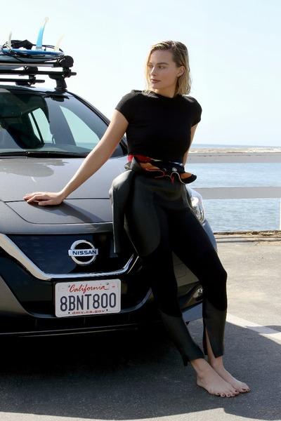 Margot Robbie, reprezentująca Nissana jako ambasadorka samochodów elektrycznych!