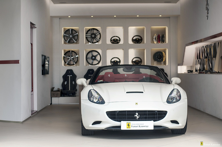 Ferrari <em>California </em> Official Ferrari Dealer, 2010r.